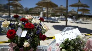 Des bouquets de fleurs déposés sur la plage de Sousse pour les victimes de l'attentat, le 27 juin 2015.