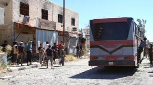 Photo prise en aoÜt 2014, lors du départ de combattants de la banlieue de Qadam dans le sud de Damas après la négociation d'une trève.