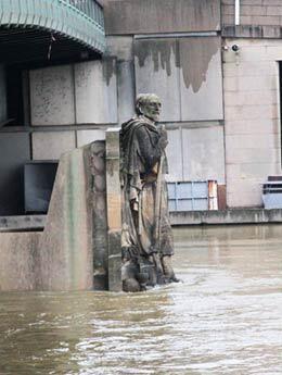Les Parisiens mesurent la montée de la Seine sur le zouave du pont de l'Alma. En 1910, il avait de l'eau jusqu'aux épaules.