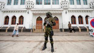 Un miembro de las Fuerzas Especiales de Sri Lanka hace guardia frente a una mezquita en Colombo el 26 de abril de 2019.