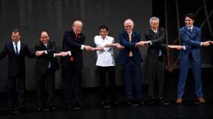 الزعماء المشاركون في قمة آسيان في مانيلا يشابكون أيديهم 13 تشرين الثاني/نوفمبر 2017