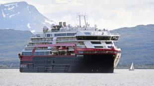 Le bateau MS Roald Amundsen de la compagnie norvégienne Hurtigruten dans la baie de Tromsoe en juillet 2019