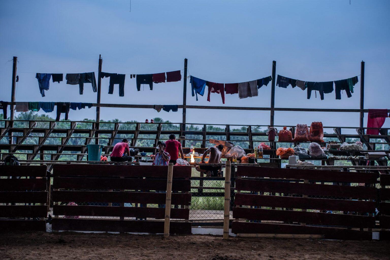 Un grupo de campesinos cocina en un rancho improvisado en el coliseo de San Vicente del Caguán mientras mantiene las protestas en contra de las medidas del Gobierno para sacarlos de sus parcelas por estar en zonas de parques naturales.