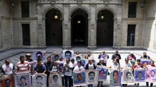Familiares de los 43 estudiantes de Ayotzinapa desaparecidos en 2014 hablan con la prensa en el Palacio Nacional de la capital mexicana, el 5 de marzo de 2020