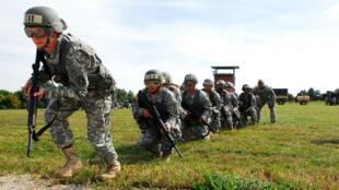 Des soldats américains s'entrainent à Fort Riley, base militaire qui abrite la première infanterie au Kansas.