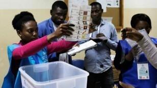 فرز الأصوات في أحد مراكز الاقتراع في أنغولا التي شهدت انتخابات عامة في 23 آب/أغسطس 2017