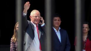 El expresidente peruano Pedro Pablo Kuczynski saluda antes de abandonar el Palacio de Gobierno en Lima, después de grabar un mensaje televisado en el que anunció su renuncia el 21 de marzo de 2018.