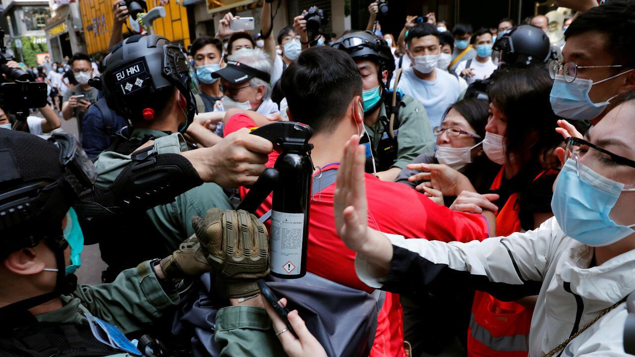 Manifestantes antigubernamentales se enfrentan el 27 de mayo de 2020 a la Policía antidisturbios en Hong Kong durante una protesta mientras se debate en el Parlamento la aprobación de una ley que busca penalizar las burlas al himno nacional chino.