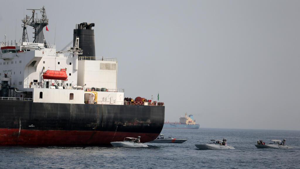 Una embarcación saudita es auxiliada por patrullas navales estadounidenses en las aguas del Golfo Pérsico.
