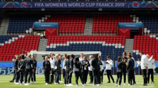 La selección de Francia realiza el reconocimiento del estadio Parque de los Príncipes, en París, sede del partido inaugural del Mundial 2019.