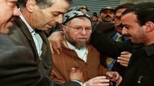 """وصول زعيم """"جبهة الإنقاذ الإسلامي"""" عباسي مدني أثناء تأديته واجب عزاء في العاصمة الجزائرية، 23 نوفمبر/تشرين الثاني 1999"""