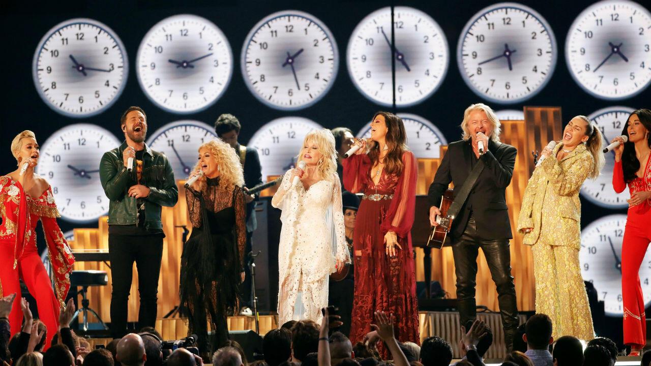 Katy Perry, Phillip Sweet, Karen Fairchild, Dolly Parton, Kimberly Schlapman, Jimi Westbrook, Miley Cyrus y Kacey Musgraves realizaron un homenaje a Dolly Parton, una leyenda de la música country.