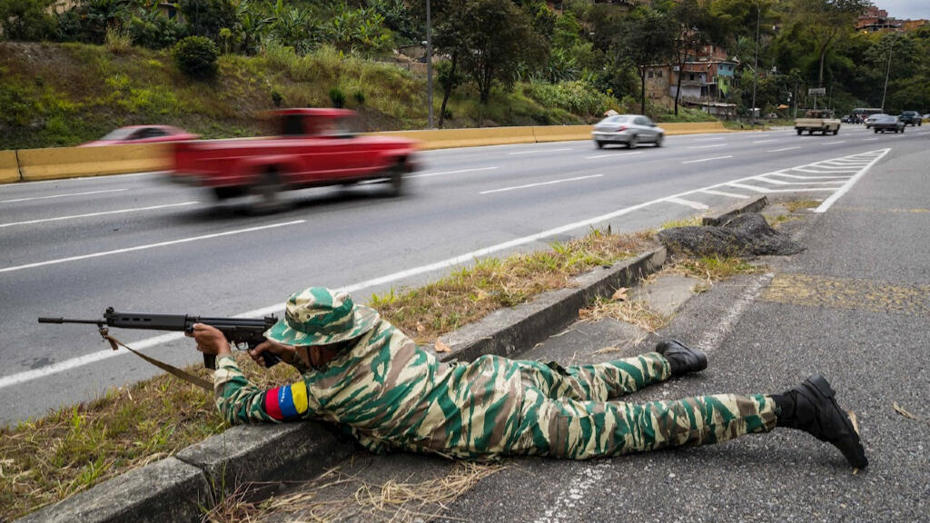 Adversarios de Maduro califican los ejercicios como un teatro que busca cubrir la decadencia de la Fuerza Armada en medio de la hiperinflación que ha pulverizado los salarios de los venezolanos, incluidos los percibidos por los militares.