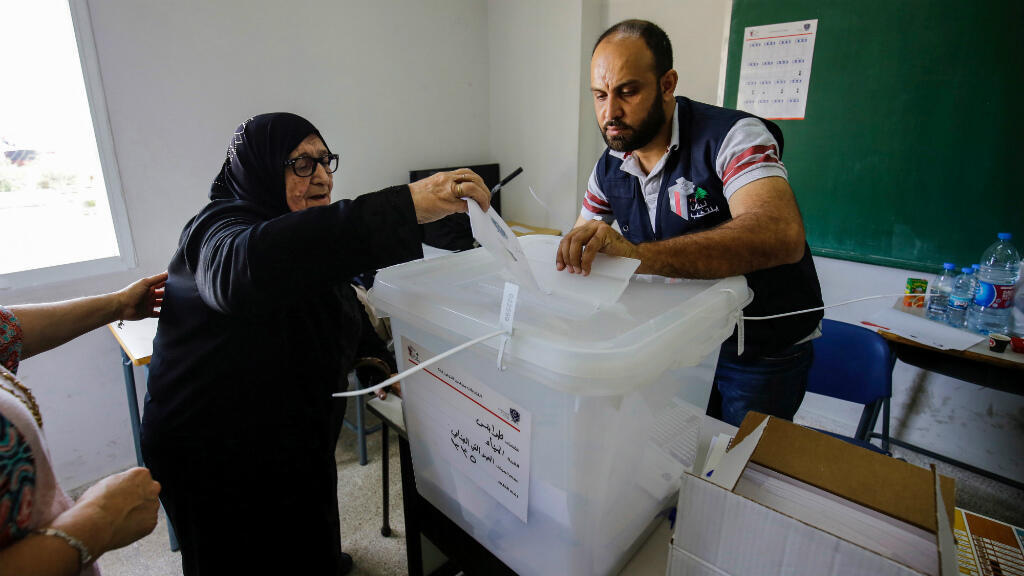 Une Libanaise glisse son bulletin dans l'urne d'un bureau de vote de Tripoli, le 6 mai 2018.