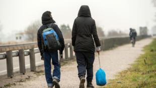 Quelques mois après le démantèlement du camp, les migrants reviennent à Calais.