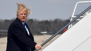 Donald Trump et sa célèbre coiffure malmenée par le vent (archives).