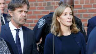 La actriz Felicity Huffman abandona el juzgado federal con su esposo William H. Macy, luego de ser sentenciada por su participación en una red de sobornos en Boston, Massachusetts, EE. UU., el 13 de septiembre de 2019.