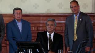 Le président équatorien Lenin Moreno (au centre) accueillait à Quito les négociations entre le représentant de la guerilla de l'ELN (à gauche) et Juan Camilo Restrepo, représentant du gouvernement colombien (à droite).
