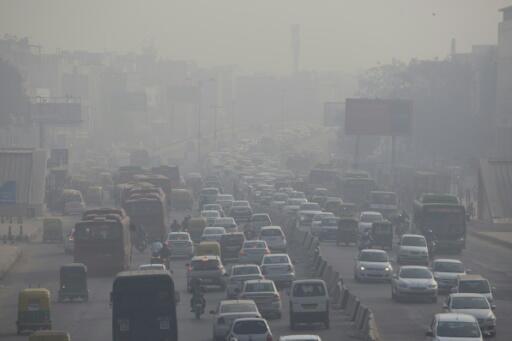 Circulation automobile aux abords de New Delhi (Inde), le 6 décembre 2018, lors d'un pic de pollution