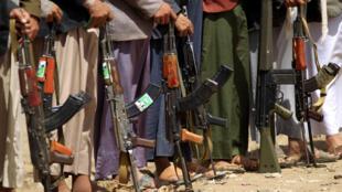 Des combattants d'une tribu fidèle aux Houthis manifestent avec leurs armes à Sanaa, le 16 mars 2019, contre les frappes aériennes de la coalition dirigée par l'Arabie saoudite dans la province yéménite de Hajjah.