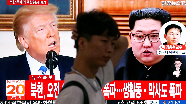 Un hombre en Seúl, Corea del Sur, camina frente a televisores que muestran a los líderes de Estados Unidos y Corea del Norte este 24 de mayo de 2018.