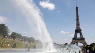 El 25 de junio de 2019, la gente se refresca en las fuentes de Trocadero frente a la Torre Eiffel en París cuando una ola de calor afecta a gran parte del país.