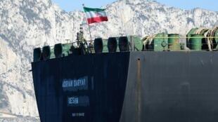 Un drapeau iranien flotte à bord du pétrolier Adrian Darya, anciennement connu sous le nom de Grace 1, au large de Gibraltar, le 18 août 2019.