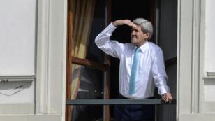 Le secrétaire d'État américain John Kerry a annoncé qu'il resterait à Lausanne au moins jusqu'à jeudi matin.