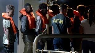 Des migrants de l'Alan Kurdi, un navire d'une ONG allemande, sont arrivés à La Valette, à Malte, dimanche 7 juillet.