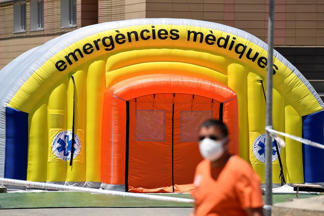 Une tente a été installée aux portes de l'hôpital de Lerida, en Catalogne, pour accueillir toutes les personnes présentant des symptômes.