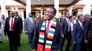 Le président Emmerson Mnangagwa, sortant d'une conférence de presse, à Harare, le 3 août 2018.