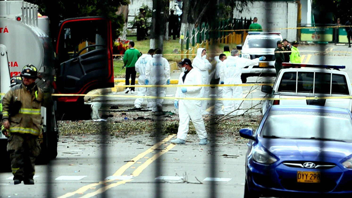 Escenario de los hechos tras la explosión de un carro bomba en la Escuela General Santander de la Policía en Bogotá, el jueves 17 de enero de 2019.