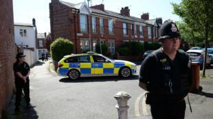 La police sécurise le quartier de Moss Side, à Manchester, après une série d'arrestations dans la cadre de l'enquête sur l'attentat-suicide, le 26 mai 2017.