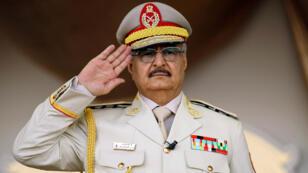 Le maréchal Khalifa Haftar, lors d'un défilé militaire à Benghazi, dans l'est du pays, le 7 mai 2018.