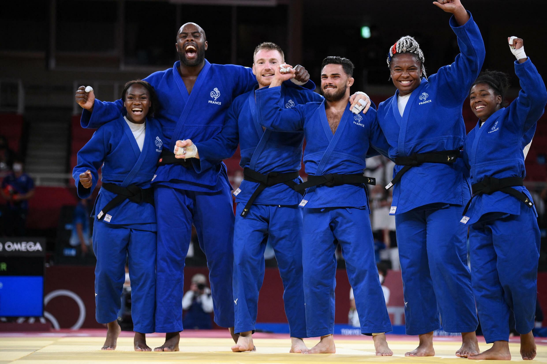 L'équipe de France célèbre la médaille d'or de l'épreuve par équipe mixte, le 31 juillet 2021 à Tokyo.