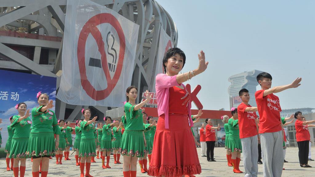 Manifestation visant à promouvoir la lutte contre le tabagisme, devant le stade olympique à Pékin, le 31 mai 2015.