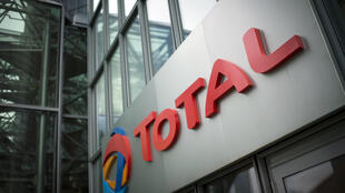 Un logotipo de Total en la sede central del gigante francés de los hidrocarburos, el 21 de octubre de 2014 en el distrito de negocios de La Defense, a las afueras de París