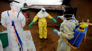 La décontamination du domicile d'une victime d'Ebola à Béni dans l'est de la RD Congo, le 8 octobre 2019.