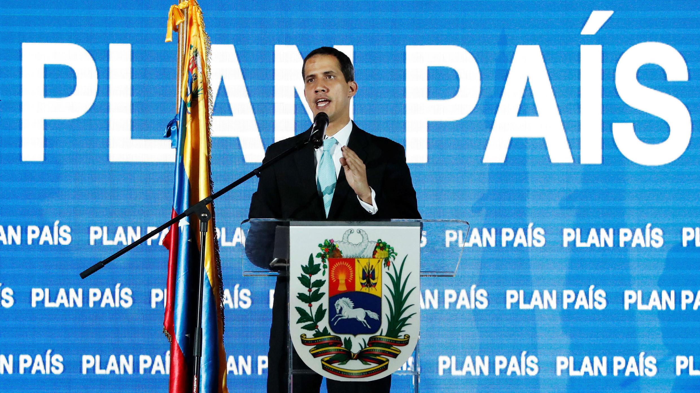 El líder de la oposición venezolana y proclamado presidente interino Juan Guaido habla mientras asiste a una reunión con simpatizantes para presentar su plan gubernamental en Caracas, Venezuela, el 31 de enero de 2019.