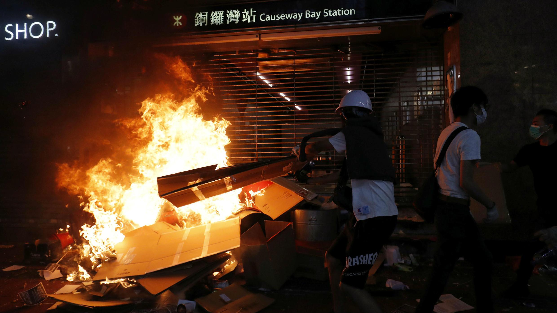 Los manifestantes antigubernamentales incendiaron una de las entradas de la estación de metro en Causeway Bay, Hong Kong, el 4 de octubre de 2019.