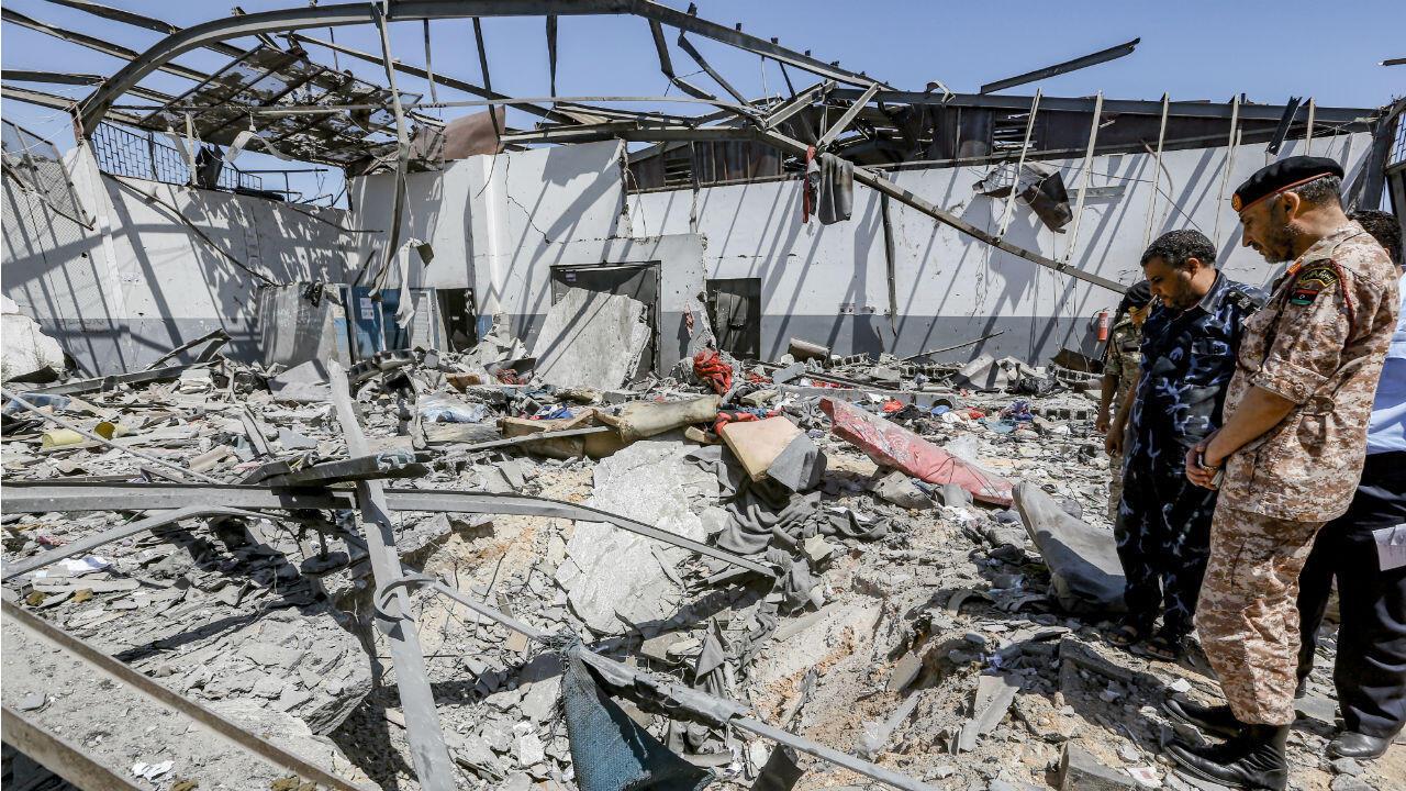 Des militaires libyens dans les décombres du centre pour migrants de Tajoura, au lendemain du bombardement qui a fait 53morts le 2juillet2019.