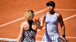 La Japonaise Naomi Osaka, numéro1 mondiale, serre la main de la Tchèque Katerina Siniakova après s'être inclinée au troisième tour de Roland-Garros, le 1erjuin à Paris.