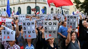 Des milliers de manifestants ont battu le pavé tout le week-end pour dénoncer ces réformes.