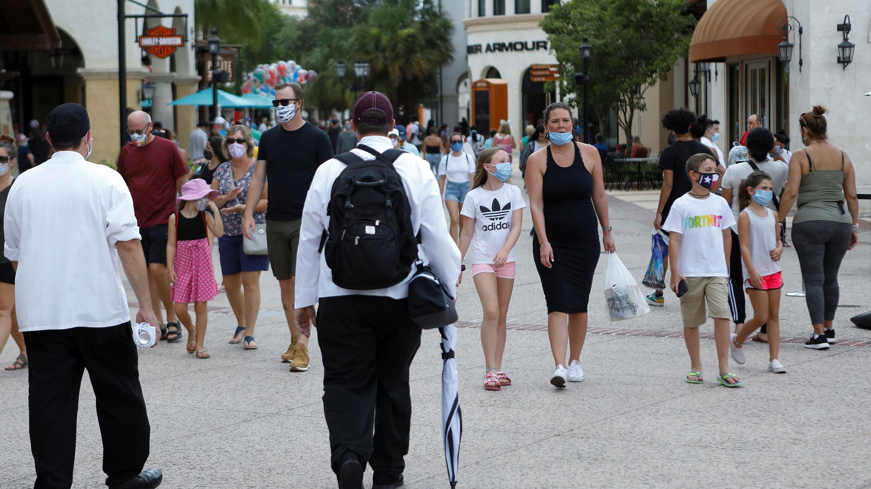 Los invitados usan máscaras faciales mientras visitan las tiendas de Disney Springs en Lake Buena Vista, Florida, EE. UU., 11 de julio de 2020.