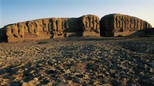 Des ruines de l'ancienne cité sumérienne de Kish, dans l'actuel Irak, possible piste de décollage des navettes spatiales ?