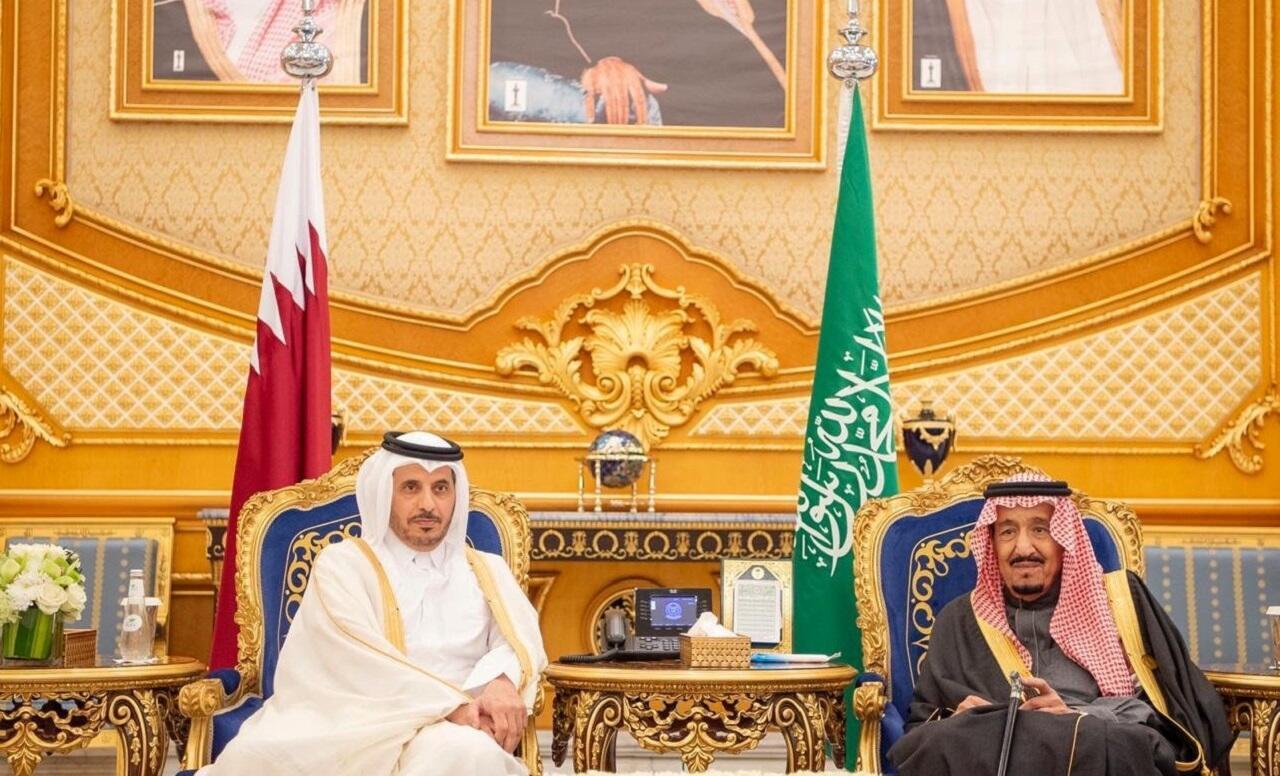 El rey saudita Salman bin Abdulaziz y el primer ministro qatarí Abdullah bin Nasser Al Thani en Riad, el 10 de diciembre de 2019.