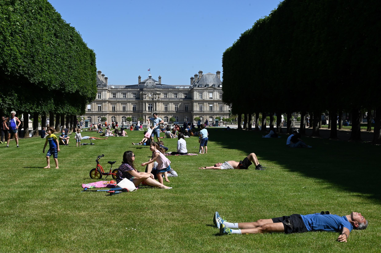 Personas tumbadas en el césped del jardín de Luxemburgo, el 30 de mayo de 2020 en París, Francia.