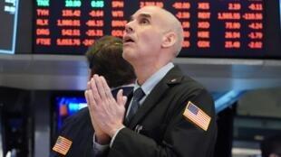 Un operador de la Bolsa de Nueva York es fotografiado el 18 de marzo de 2020 en Nueva York.