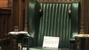 """Un trozo de papel con la palabra """"silenciado"""" se ve en la silla del dimisionario portavoz de la Cámara de los Comunes, John Bercow, en protesta por la suspensión del Parlamento, en Londres, Gran Bretaña, el 10 de septiembre de 2019."""