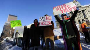 Des manifestants anti-Trump, dimanche 18 décembre 2016, devant le Parlement du Colorado, à Denver.
